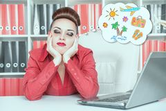 Mulher de negócios furada cansado que sonha sobre o feriado Conce do excesso de trabalho Foto de Stock Royalty Free
