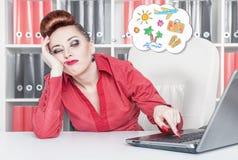 Mulher de negócios furada cansado que sonha sobre o feriado Conce do excesso de trabalho Foto de Stock