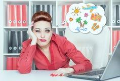 Mulher de negócios furada cansado que sonha sobre o feriado Conce do excesso de trabalho Imagem de Stock