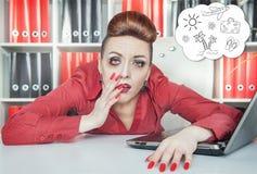 Mulher de negócios furada cansado que sonha sobre o feriado no escritório Fotografia de Stock Royalty Free