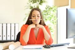 Mulher de negócios furada ou incompetente no trabalho fotos de stock royalty free