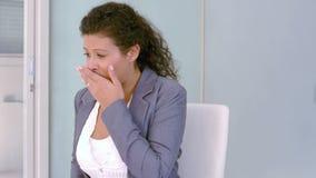 Mulher de negócios grávida que obtém a doença de manhã filme