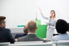 Mulher de negócios Holding Tablet Computer ao dar a apresentação foto de stock