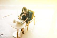 A mulher de negócios iAsian bonita nova que trabalha com computador pensa o sucesso na empresa Imagens de Stock Royalty Free