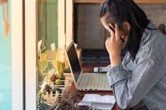 Mulher de negócios infeliz afligida que sofre da dor de cabeça forte foto de stock royalty free
