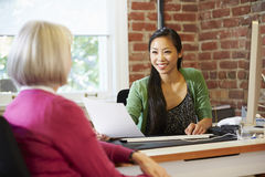 Mulher de negócios Interviewing Female Job Applicant In Office fotografia de stock