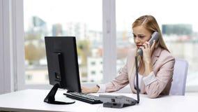 Mulher de negócios irritada com computador que chama o telefone vídeos de arquivo