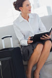 Mulher de negócios irritada com diário Fotografia de Stock Royalty Free