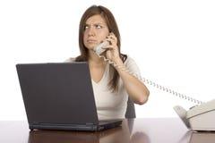 Mulher de negócios irritada no telefone fotografia de stock