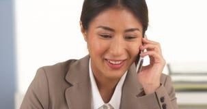 Mulher de negócios japonesa que fala no smartphone Imagem de Stock Royalty Free