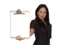Mulher de negócios - Latina que apresenta a prancheta Imagem de Stock