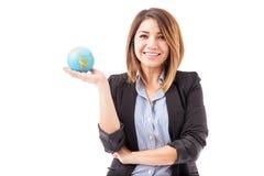 Mulher de negócios latino-americano bonita com um globo imagem de stock royalty free