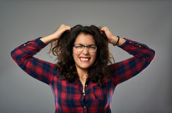 Mulher de negócios latino-americano louca que puxa seu cabelo fotos de stock royalty free