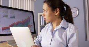 Mulher de negócios latino-americano que trabalha duramente com tabuleta Imagem de Stock Royalty Free