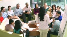 Mulher de negócios Leading Brainstorming Session com colegas filme