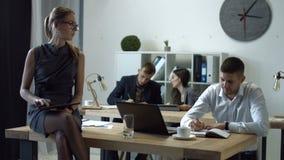 Mulher de negócios lindo que usa a tabuleta digital video estoque