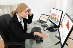 Mulher de negócios Looking At Graph no computador Fotos de Stock