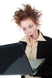 Mulher de negócios louca irritada com um portátil imagem de stock