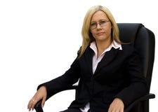 Mulher de negócios loura bonita na cadeira preta elevada Fotos de Stock