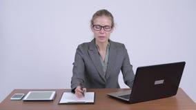 Mulher de negócios loura bonita nova que entrevista no trabalho vídeos de arquivo