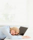 Mulher de negócios loura bonito que dorme em seu caderno imagens de stock