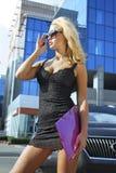 Mulher de negócios loura com dobrador cor-de-rosa. imagem de stock royalty free