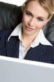 Mulher de negócios loura do computador fotos de stock royalty free