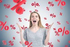 A mulher de negócios loura feliz, percen sinais Imagem de Stock Royalty Free