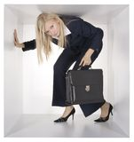 Mulher de negócios loura no cubo branco Fotos de Stock Royalty Free
