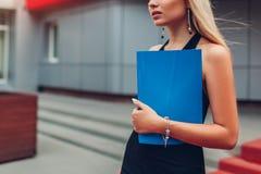 Mulher de negócios loura nova que guarda o encontro de espera do dobrador pelo centro de negócios na cidade closeup foto de stock royalty free