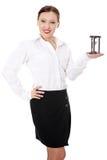 Mulher de negócios madura com hourglass imagens de stock