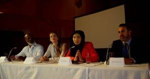 A mulher de negócios madura do hijab fala no seminário do negócio no auditório 4k filme