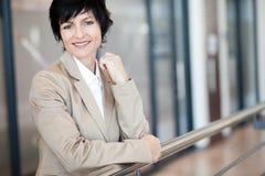 Mulher de negócios madura elegante fotografia de stock royalty free