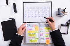 Mulher de negócios Marking Schedule imagem de stock royalty free