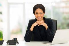 Mulher de negócios meados de do africano da idade fotografia de stock
