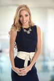 Mulher de negócios milenar nova Smiling imagem de stock