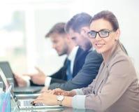 Mulher de negócios moderna bonita que trabalha com seus colegas sobre Fotos de Stock