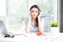 Mulher de negócios moderna Suffering da dor de cabeça foto de stock royalty free