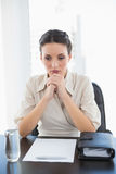 Mulher de negócios moreno à moda deprimida que junta-se a suas mãos Imagem de Stock Royalty Free