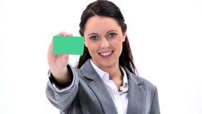 Mulher de negócios moreno que mostra um cartão filme