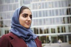 Mulher de negócios muçulmana britânica Standing Outside Office Foto de Stock Royalty Free