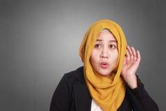 Mulher de negócios muçulmana Hearing Gesture imagens de stock