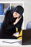 Mulher de negócios muçulmana que está no telefone Foto de Stock Royalty Free