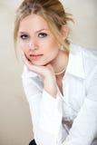 Mulher de negócios na camisa branca fotografia de stock