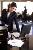 Mulher de negócios na entrada do banco Foto de Stock