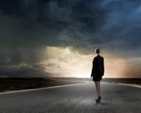 Mulher de negócios na estrada Imagens de Stock Royalty Free