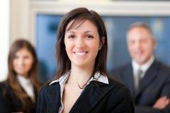 Mulher de negócios na frente de sua equipe Imagens de Stock