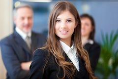 Mulher de negócios na frente de sua equipe Imagens de Stock Royalty Free