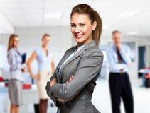 Mulher de negócios na frente de um grupo de executivos fotografia de stock