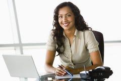 Mulher de negócios na mesa Foto de Stock Royalty Free